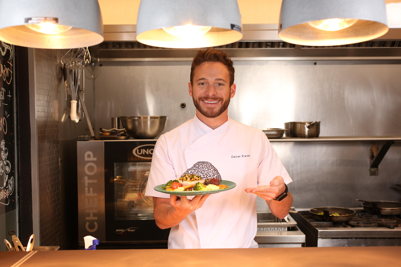 Dalton Rangel apresentando seu prato principal